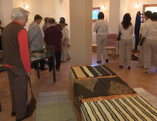 Rongyszőnyegekből nyílt kiállítás a Történelmi Parkban
