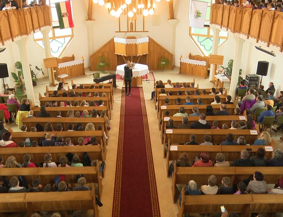 Megtelt a református templom Pintér Béla koncertjén