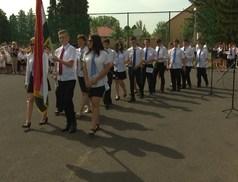 A ballagókat ünnepelték az Eötvös Általános Iskolában