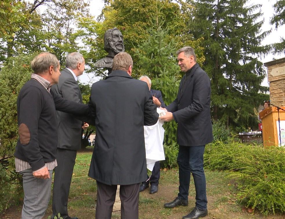 A névadóról készült szobrot avattak az Eötvös Iskolában