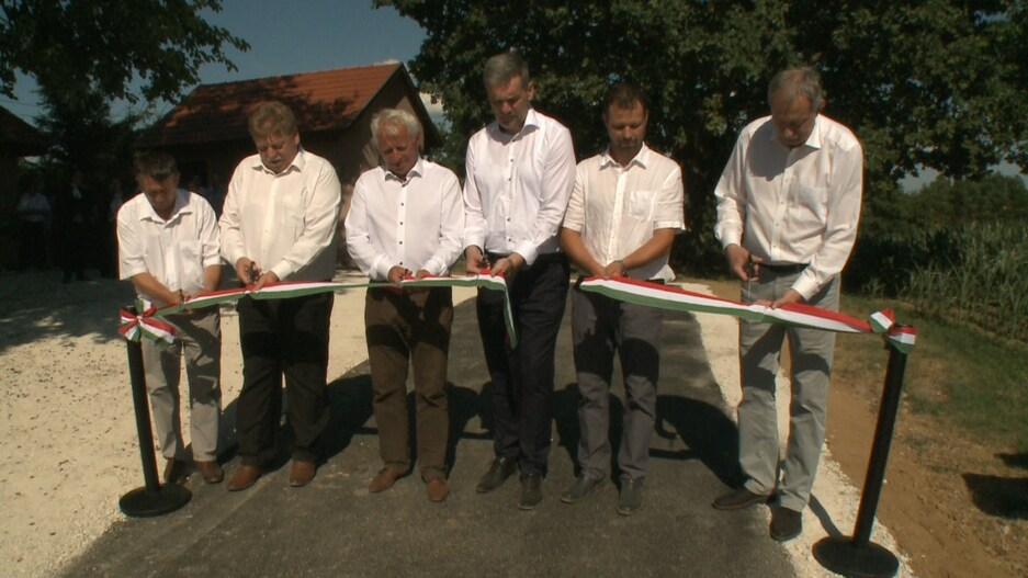 Hivatalosan is átadták a három felújított útszakaszt