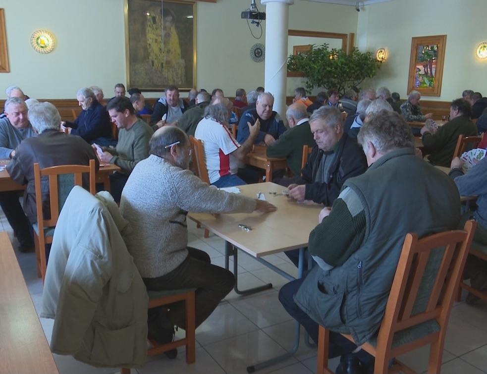 Hatvanan ültek asztalhoz ultizni